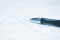 Pen en financiële grafiek Stock Foto