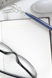 Pen en glazen op het open notitieboekje Stock Fotografie