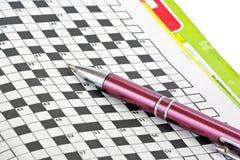 Pen en kruiswoordraadsel royalty-vrije stock afbeeldingen