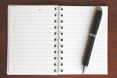 Pen en notitieboekje Stock Foto's