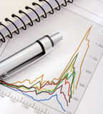 Pen en Notitieboekje op Grafiek Stock Foto
