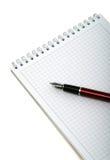Pen en notitieboekje voor nota's over een witte achtergrond. Royalty-vrije Stock Foto's