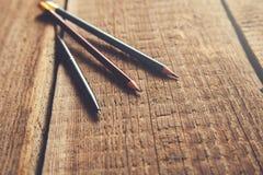 Pen en potloden op uitstekende houten lijst royalty-vrije stock foto's