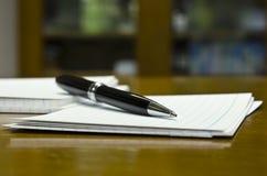 Pen en Witboekclose-upmening Stock Foto's