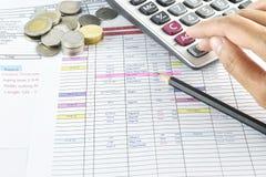 Pen, geld en calculator op vergaderingsplan wordt geplaatst in kalender die Royalty-vrije Stock Foto's