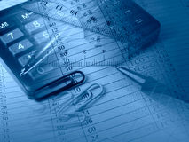Pen, heersers, papier-klemmen en calculator (in blauw) stock afbeeldingen