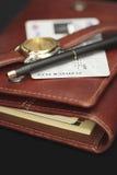 Pen, horloge en een creditcard op een agenda Stock Foto's