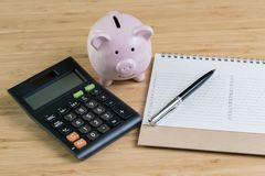 Pen with list of priority number on white note pad with pink pig royalty free stock photography