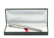 Pen in luxedoos, zwarte geïsoleerde giftdoos Stock Afbeelding