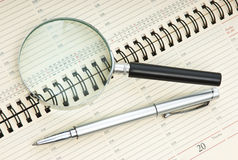 Pen and magnifying glass Royalty Free Stock Photos