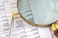 Pen With Magnifying Glass On-Geschäftsdokument Lizenzfreies Stockbild