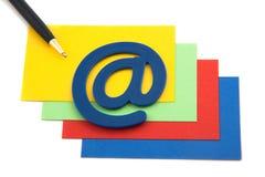 Pen met e-mailsymbool op een stapel van kaarten Stock Foto's