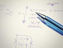 Pen met nota's die op papier worden geschreven Royalty-vrije Stock Foto's