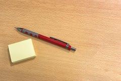 Pen met te schrijven bladeren stock afbeelding