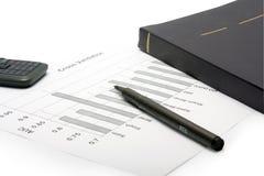 Pen, mobiele telefoon, notitieboekje en financiële staat Royalty-vrije Stock Afbeeldingen