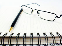 Pen Notebook e vidros na composição Fotografia de Stock