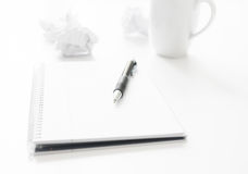 Pen Notepad und zerknittertes Papier Lizenzfreie Stockfotografie