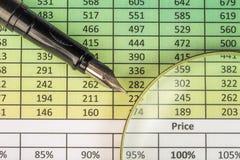 Pen, oogglazen en grafieken Rapport met cijfers, vulpen en vergrootglas Stock Foto's
