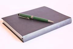 Pen op boek Royalty-vrije Stock Foto