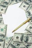 Pen op de $100 bankbiljettenachtergrond Stock Foto