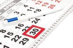 Pen op de kalender met het lusje op een datum Detailszaken Stock Afbeelding