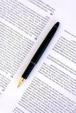 Pen op een documentclose-up stock afbeeldingen