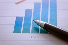 Pen op grafiek in het document van 2016 Stock Foto