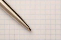 Pen op het notitieboekjeblad dat wordt gevestigd Stock Afbeelding