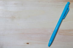 Pen op houten achtergrond Stock Foto's