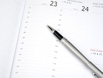 Pen op kalenderpagina Royalty-vrije Stock Foto's
