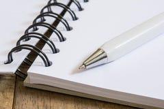 Pen op open boek Stock Fotografie