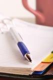 Pen op open notitieboekje royalty-vrije stock fotografie