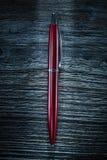Pen op uitstekende houten raad stock foto's