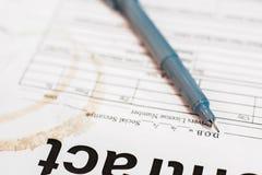 Pen op vuil document close-up, bedrijfsachtergrond stock foto's
