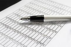 Pen over gegevensblad Royalty-vrije Stock Foto's