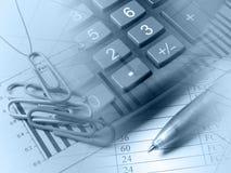 Pen, papier-klemmen en calculator (in blauw) stock foto's