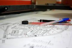 Pen Pencil Ruler- und Radiergummiwerkzeuge auf Zeichnungsblatt stockbilder