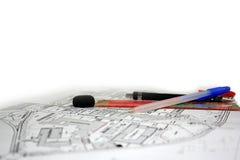 Pen Pencil Ruler- und Radiergummiwerkzeuge auf Zeichnungsblatt lizenzfreie stockfotos