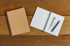 Pen, potlood en blocnote vlak leg stijl Stock Foto