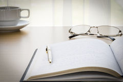 Pen put on a book with on the desk Royalty Free Stock Images