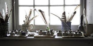 Pen Quills och färgpulverbrunnar på böndernas museum Royaltyfri Fotografi