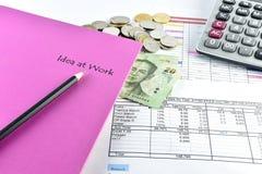 Pen, roze die notitieboekje, geld en calculator met document wordt geplaatst Royalty-vrije Stock Afbeeldingen