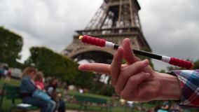 Pen Spinning in Parijs op de achtergrond van de toren stock video