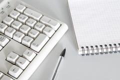 Pen, toetsenbord en notitieboekjeclose-up royalty-vrije stock foto