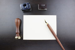 Pen, zegel, envelop, inktpot en was Royalty-vrije Stock Foto's
