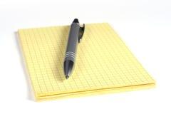 Pena amarela do bloco de notas e da prata Fotografia de Stock Royalty Free