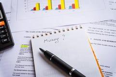 Pena, calculadora nos documentos da contabilidade financeira Pena, eyeglasses e gráficos imagem de stock