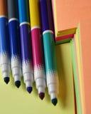 Pena colorida sobre o papel colorido fotografia de stock
