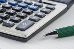Pena com a calculadora no caderno, plano da finança Fotografia de Stock Royalty Free