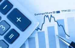 Pena com a calculadora sobre o formulário de imposto 1040 com o azul Imagens de Stock